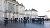 """เมื่อวันอังคารที่ 6 ธันวาคม 2559 เวลาประมาณ 12.00 น.วงดุริยางค์ทหารรักษาพระองค์ของเดนมาร์ก (Danish Royal Guards) ได้บรรเลงเพลง Marsch Siamese เป็นกรณีพิเศษ ในช่วงพิธีสับเปลี่ยนเวรยามของทหารรักษาพระองค์ที่ลานพระราชวัง Amalienborg ในกรุงโคเปนเฮเกน เพื่อเป็นการถวายความอาลัยและเทิดพระเกียรติแด่พระบาทสมเด็จพระปรมินทรมหาภูมิพลอดุลยเดชเนื่องในวันคล้ายวันพระราชสมภพ เพลง """"Marsch Siamese"""" แต่งขึ้นเมื่อปี พ.ศ. 2433 โดยนาย Hans Niel Hass ผู้อำนวยเพลงของวงดุริยางค์ทหารมหาดเล็กรักษาพระองค์ของเดนมาร์กในขณะนั้น เพื่อเป็นเกียรติแก่หม่อมราชวงศ์สท้าน […]"""