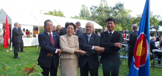 เมื่อวันที่ 20 สิงหาคม 2557 สถานเอกอัครราชทูต ณ กรุงโคเปนเฮเกน ร่วมกับสถานเอกอัครราชทูตประเทศสมาชิกอาเซียนในเดนมาร์ก ได้แก่ สถานเอกอัครราชทูตอินโดนีเซีย ฟิลิปปินส์ และเวียดนาม ได้จัดงาน ASEAN Garden Partyที่ทำเนียบเอกอัครราชทูต โดยมีคณะทูต ผู้แทนจากหน่วยงานภาครัฐ ภาคเอกชน นักวิชาการและสื่อมวลชนเข้าร่วมกว่า 170 คน ในงานดังกล่าว สถานเอกอัครราชทูตแต่ละประเทศได้นำอาหารประจำชาติของตนมาให้บริการผู้เข้าร่วม ซึ่งในส่วนของไทย นอกจากอาหารแล้ว สถานเอกอัครราชทูตยังได้นำผลไม้จากประเทศไทย อาทิ มังคุด เงาะ […]